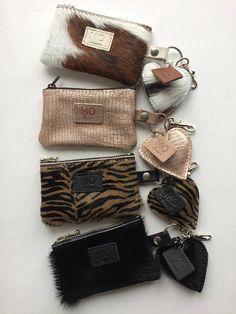 Leren sleutelhanger etuitje hartje hanger: Movleggie Diy Handbag, Diy Purse, Cute Car Accessories, Leather Accessories, Handmade Leather Wallet, Leather Pouch, Cowhide Bag, Creative Bag, Fur Bag