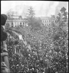 Procesión de Semana Santa frente a la plaza de San Francisco San Francisco, Plaza, Outdoor, Saints, Templates, Bogota Colombia, Old Photography, Antique Photos, Monuments
