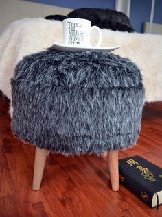 Puff Nórdico, tapizado en piel sintética de pelo largo.  Medidas: diámetro…