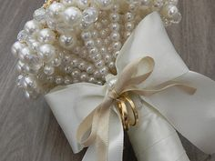 Perfect craft for bridesmaids to make on their own. Pearl Bouquet, Crystal Bouquet, Bridal Brooch Bouquet, Diy Wedding Flowers, Wedding Bouquets, Broschen Bouquets, Alternative Bouquet, Ring Pillows, Flower Girl Basket