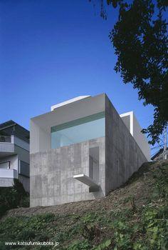 Moderna casa japonesa sobre pendiente, residencia minimalista