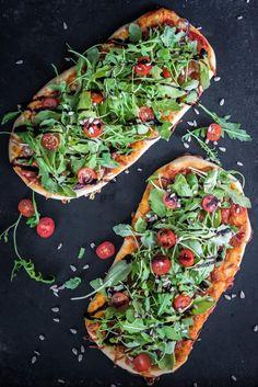 Kesäisessä salaattipizzassa on pääosassa tuoreet kasvikset. Yksinkertaisen pohjan päälle voit koota mieleisesi salaattiainekset.