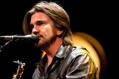 Colombian singer Juanes warms up during a sound check before his concert in Washington, Thursday, July 26, 2012. Photo: Jacquelyn Martin / AP