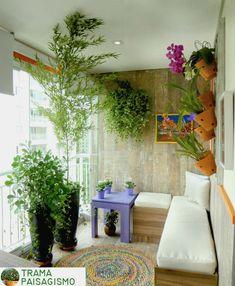 Paisagismo em Apartamentos: Essa sacada pequena recebeu um belo paisagismo. Além do verde intenso, uma treliça com orquídeas traz a cor!  #paisagismosp #paisagismoemapartamento #paisagismo #bambu #orquideas #natureza #apartamento #sacada