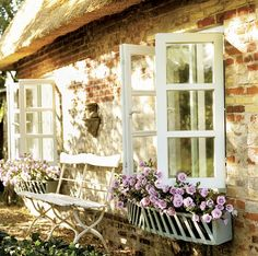 window boxes on a thatched roof cottage Cottage Shabby Chic, French Cottage, Cozy Cottage, Cottage Living, Cottage Homes, Cottage Style, Rustic Cottage, Country Living, Living Room