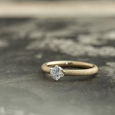 ゴールドのエンゲージリング:Combi(コンビ) アーム部分はダイヤモンドが散りばめられたようなテクスチャ。 [婚約指輪,ウエディング,wedding ring,Gold,diamond,]