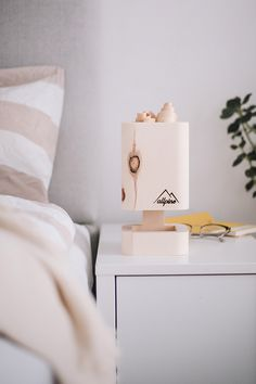 Zirbenholz wirkt beruhigend auf uns Menschen. Diese vorteilhafte Eigenschaft der Zirbe lässt sich auch mit dieser Lampe erzielen. Je nach Stimmung kann die Lichtfarbe per Knopfdruck eingestellt werden. Die Lampe funktioniert mit Batterie und kann somit unabhängig von der Stromversorgung eingesetzt werden – auf Nacht-, Schreib- oder Esstisch. Led Licht, Floating Nightstand, Table, Furniture, Home Decor, Unfinished Wood, Night Light, Gifts For Women, Handmade