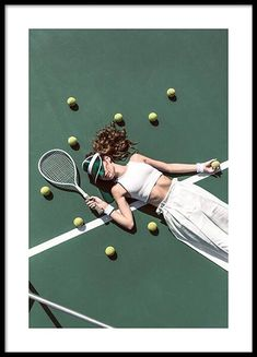 – Photograph of a girl in white trousers and a white top laying on a tennis court surrounded by tennis balls Picture wall inspiration   Stylish gallery walls at Desenio.co.uk Tennis Fashion, Sport Fashion, Forme Fitness, Tennis Photos, Tennis Senior Pictures, Tennis Photography, Buy Posters Online, Blue Poster, Foto Pose