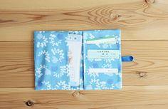 赤ちゃんとの外出時に慌てないよう、必要なカード類を1つに収める母子手帳カバーの作り方をご紹介します。 Sewing Tutorials, Sewing Crafts, Fabric Wallet, Couture, Diy And Crafts, Notebook, How To Make, Handmade, Accessories