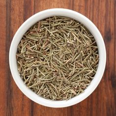 Dried rosemary is great on pizza, in focaccia, in marinades, and more. You can use it to make rosemary tea. Here's how to dry rosemary. Fennel Tea, Rosemary Tea, Rosemary Chicken, How To Dry Rosemary, How To Dry Basil, Rosemary Garden, Herb Garden, Healthy Eating Tips