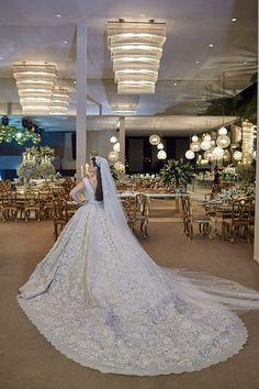 Vestido de noiva bordado com saia volumosa ( Vestido: Elie Saab Haute Couture   Foto: Bruno Stuckert )