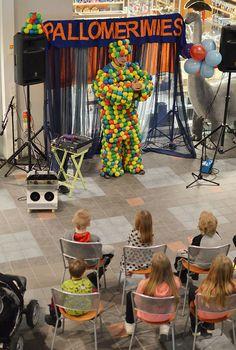 """Pallomerimies laulattaa ja tanssittaa lapsia. """"Pom-pom-pon pomppulinnaan"""", lapset laulavat mukana. Oulu (Finland)"""