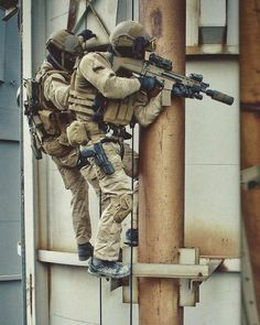 Belgian Special Forces Group (SFG) during counter-terrorism training. Tactical Medic, Tactical Wall, Tactical Armor, Military Guns, Military Photos, Military Life, Dog Soldiers, Special Force Group, Army Training