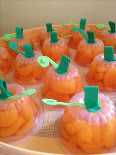 Thanksgiving autumn fall pumpkin snack treats for kids., Thanksgiving autumn fall pumpkin snack treats for kids. Mandarin oranges turned upside down with foam stem & vine hot glued on center. Thanksgiving Snacks, Fall Snacks, Thanksgiving Crafts For Kids, Pumpkin Crafts Kids, Snacks Kids, Holiday Snacks, Thanksgiving Decorations, Theme Halloween, Halloween Cupcakes