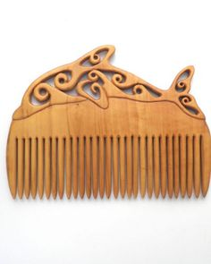 Hand carved wooden combs and hair pins in walnut, ash, yew, elm and box. Diy Wooden Projects, Wooden Diy, Wood Crafts, Diy Projects For Adults, Wood Comb, Vintage Hair Combs, Wood Carving Patterns, Hair Decorations, Hair Sticks
