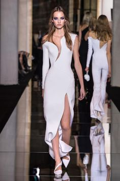 Atelier Versace Estate 2015 sfila a Paris Fashion Week -  - Read full story here: http://www.fashiontimes.it/galleria/atelier-versace-estate-2015-paris-fashion-week/