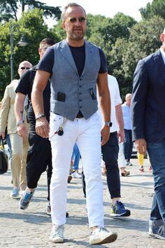 イタリアの職人が手作業で仕上げるハイエンドなスニーカーといえば、ゴールデングースのスニーカーだ。ファッションブランドとしてデビューしながらも、スニーカーラインは他スニーカーブランドに引けを取らない人気を集めている。今回はイタリアの伊達男にも愛される「ゴールデングース スニーカー」にフォーカスして注目の着こなし&アイテムを紹介! ゴールデングースとは? ゴールデングースは2000年よりイタリアのヴェネツィアにてスタートしたファッションブランドだ。正式名称は「GOLDEN GOOSE DELUXE BRAND(ゴールデングースデラックスブランド)」。略称でGGDBとも呼ばれている。職人的なもの作りを追求したコレクションが注目を集めており、スニーカーラインをスタートしたのは2007年から。職人のハンドメイドによる確かな耐久性と履き心地に加えて、履き込んだかのような風合いを表現したヴィンテージ加工が発表後、瞬く間に人気となった。種類もSSTARとアッパーのサイドに刻印された「SuperStar(スーパースター)」、ハイカットの「Francy(フランシー)」、アッパーからサイドには...