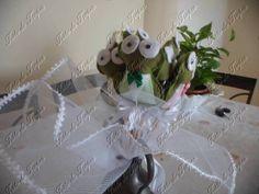 """LIndo bouquet de sapinho, para as amigas solteiras!!  Diz a lenda, que ao ganhar um beijo, o sapo se transforma em um lindo Príncipe Encantado!  Acompanha um arranjo de tule e fita de cetim.  A noiva pode jogar o buquet ou mesmo distribuir para as amigas """"encalhadas""""  ****O valor de $ 95,00 é para um Bouquet com 5 sapinhos**** R$ 95,00"""
