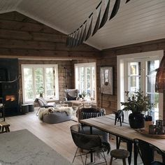 37 Ideas Mountain House Decorations – Living Room Cozy - My Dream Life Cabin Homes, Log Homes, Cozy Living Rooms, Home And Living, Mountain House Decor, Mountain Living, Cottage Shabby Chic, Modern Log Cabins, Cabins And Cottages