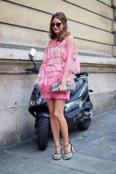 Look do Dia: Olivia Palermo apostou no vestido de renda colorido para conferir o desfile da marca Valentino, em Paris.