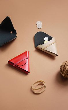 A minimalist wallet solution by Chieh Ting Huang called Nothing Fancy that consists of a piece of non-stitched leather and a rubber band. Watch the video! Leather Purses, Leather Bag, Leather Wallets, Minimal Wallet, Diy Sac, Creation Couture, Leather Projects, Small Leather Goods, Clutch