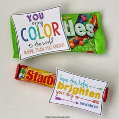 Colorful, Random Gifts of Kindness with Starburst and Skittles. Free Printables in bright colors to brighten someones day. Super easy way to make someone smile. Perfect for teaching your kids kindness towards people. Employee Appreciation Gifts, Volunteer Appreciation, Teacher Appreciation Week, Volunteer Gifts, Employee Gifts, Little Presents, Little Gifts, Gag Gifts, Cute Gifts