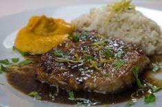 Απλό, εύκολο και εξαιρετικά δημοφιλές πιάτο τεσσάρων εποχών, έτοιμο σε 5 λ.Γίνεται με μπριζολάκια από μοσχάρι γάλακτος, χοιρινό ή αρνίσια παϊδάκια ή και φ Greek Recipes, Pork Recipes, Italian Recipes, Healthy Recipes, Healthy Foods, Pork Meat, Food To Make, Steak, Food And Drink