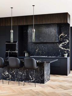 Dans cette maison aux lignes architecturales et épurées, la cuisine en granit titanium est une véritable pépite. Les jeux de matières, les volumes et les détails en font une référence en matière de décoration. Le granit titanium, un matériau élégant pour une cuisine Avec son ilot central et sa crédence en granit titanium, cette cuisine révèle un charme fou. Les motifs aléatoires de la matière viennent apporter une touche graphique aux rangements noir mat. Pour apporter un peu de chaleur, un…