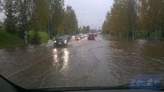 Rankkasade sai Oulussa tietkin paikoin tulvimaan. Esimerkiksi Iskon ja Niittyaron välinen alikulku tulvi niin pahasti, että pyöräilijät olivat polviaan myöten vedessä.