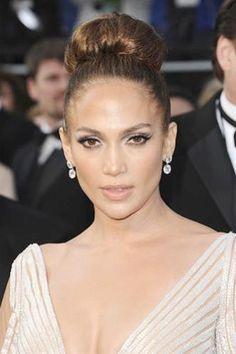 Jennifer Lopez llamó la atención con este recogido inspirado en los años 1960 es suave y elegante, le complementa los pómulos altos y resalta los ojos. La presentación general define la sofisticación chic del período.
