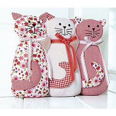 """Butoir de porte en tissu """"chats"""" , avec fermeture à glissière sur le dos de chaque chat pour pouvoir les remplir facilement p.ex. de sable, dimensions : 33 x 7 x 23 cm.Sans rembourrage.Composition : 67% polyester, 33% cotonLes 3 chats sont cousus l´un à l´autre.Attention :convient seulement à la décoration, ce n´est pas un jouet !"""