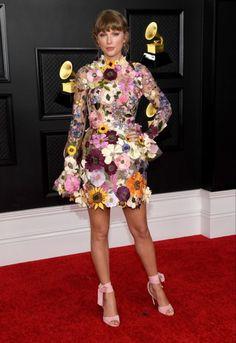 Harry Styles, Los Grammy, Fashion News, Fashion Beauty, Taylor Alison Swift, Flower Dresses, Beautiful Outfits, Peplum Dress, Celebrity Style