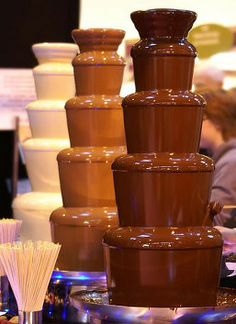 Decadent & delicious chocolate fountain ideas guaranteed to delight your guests! Are you thinking of having waterfalls of chocolate at your wedding? Check out this fabulous chocolate fountain ideas and ¡indulge! Chocolate Factory, Love Chocolate, Homemade Chocolate, Delicious Chocolate, Chocolate Lovers, Melting Chocolate, Belgian Chocolate, Chocolate Fountain Wedding, Chocolate Fountain Recipes