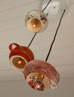 Tolle DIY-Idee: Hängelampen mit Untertassen und kanne! #DIY #Hängellampe #Teekanne