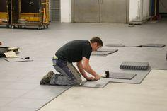 Ein einzelner Mann kann so mühelos bis zu 200qm der PVC Bodenplatten an einem Tag legen. Garage Boden, Desk, Furniture, Home Decor, Homemade Home Decor, Desktop, Writing Desk, Home Furnishings, Office Desk