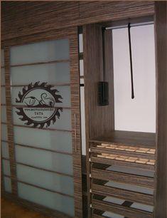 Tolóajtós szekrény ruhalifttel, belső fiókokkal. A szekrények legjobb kihasználtságát a felső részben a vállfákra akasztott ruhákkal érhetjük el.   Ezek elérésére nyújt biztonságos megoldást a ruhalift, mely a beépített gardrób, tolóajtós szekrény, vagy gardróbszoba közkedvelt kiegészítője. Ladder Decor, Neon, Home Decor, Decoration Home, Room Decor, Neon Colors, Neon Tetra, Interior Decorating