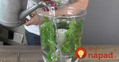 A woman puts one vase into another and adds different stones to them. Now she pours in water. Vase Haut, Vases, Centre Pieces, Easy Diy Crafts, Flower Crafts, Decoration, Tricks, Rustic Wedding, Mason Jars