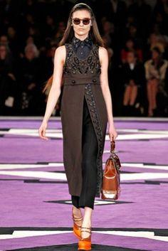 Prada: otoño/invierno 2012-2013 vestido de tirantes superpuesto marrón sobre pantalón con aplicaciones joya