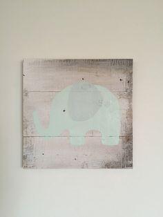 Éléphant en vert menthe sur un panneau de bois par CleverGoose