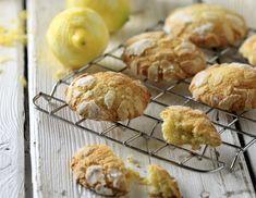 Συνταγή για κουλουράκια με λεμόνι και κάρδαμο από τον Άκη Πετρετζίκη. Φτιάξτε υπέροχα, τραγανά κουλουράκια για όλες τις ώρες. Ιδανικό σνακ και για το σχολείο!