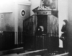 Dal 1960, davanti al confessionale delle donne comparvero delle cancellate, per disposizione del visitatore apostolico mons. Carlo Maccari