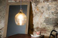 La lampada a sospensione Belvedere è un pezzo dalla bellezza particolare, anche grazie al materiale utilizzato per il paralume, che porterà un tocco romantico nel tuo interno.