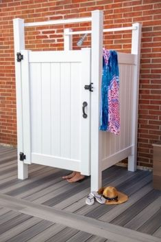 39 Unique Outdoor Shower Design Ideas For Best Inspiration - It's common for beach front homes to come equipped with outdoor showers. They're extremely handy for a quick rinse of salt and sand before entering th. Outdoor Pool Shower, Outdoor Shower Enclosure, Shower Floor, Shower Tub, Outside Showers, 4 Season Room, Country Baths, Beachfront House, Outdoor Bathrooms