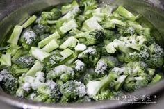 초특급간단~~고소 상큼한 브로콜리샐러드 : 네이버 블로그 K Food, Broccoli, Food And Drink, Cooking Recipes, Salad, Vegetables, Dressing, Business, Chef Recipes