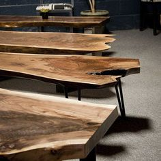 Mesa de tronco. Mesa rústica con forma de tronco. Mesa de madera maciza de árbol.