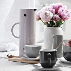 Måndag morgon och kaffet känns välbehövligt efter helgens bravader #stelton #steltontermos #bröllopihelgen #homebysweden #heminredning #design #designklassiker #inredningsdetalj