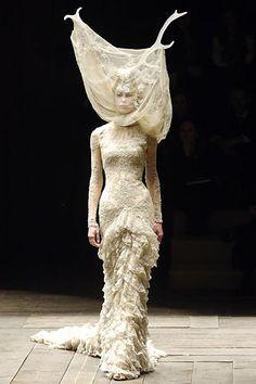 Alexander McQueen - Autumn/Winter 2006-7 Ready-To-Wear - PFW (Vogue.co.uk)