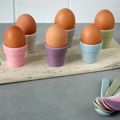 Eierbecher aus Bambus und Mais besitzen eine einzigartige Haptik und bringen nicht nur zu Ostern Farbe auf den Frühstückstisch
