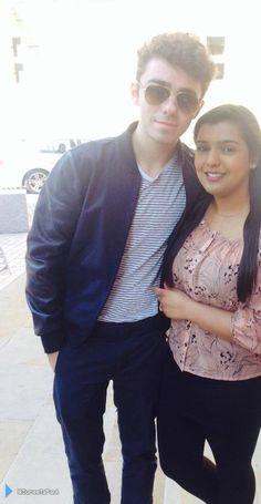 Nathan com fã (@SureetaPaul) durante sua radio tour na Inglaterra. (21 mai.)