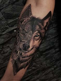 50 Of The Most Beautiful Wolf Tattoo Designs The Internet Has Ever Seen beau tatouage de loup d'ornement © tatoueur Dylan Wilson Wolf Tattoo Forearm, Wolf Tattoo Sleeve, Sleeve Tattoos, Tattoo Wolf, Mens Forearm Sleeve Tattoo, Bicep Tattoo Men, Wolf Tattoo Back, Trendy Tattoos, Tattoos For Guys